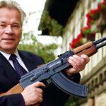 Михаил Калашников с АК-47